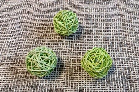 Dekoracyjna kula rattanowa średnica 5 cm kolor zielony
